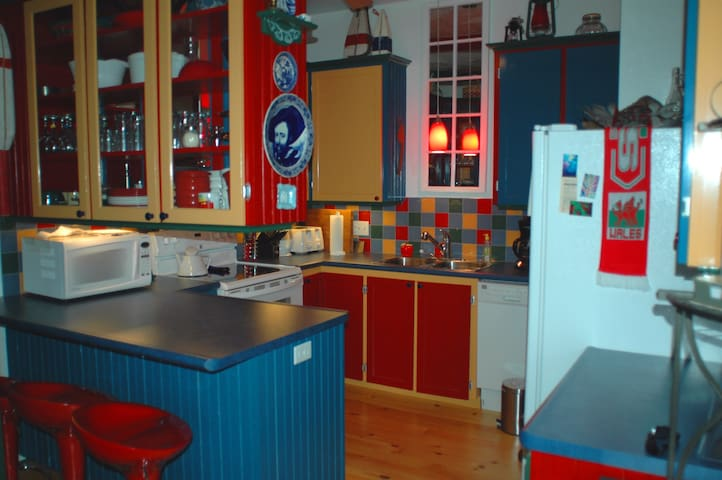 Fully-equipped kitchen, includes microwave and dishwasher.