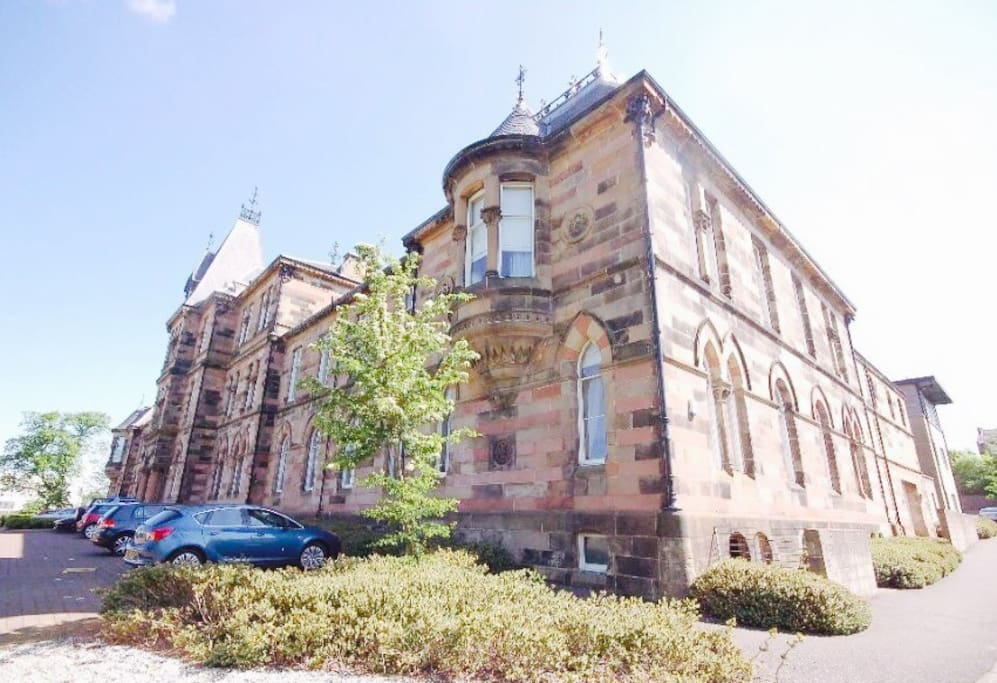 Historic Listed building on the south side of Glasgow, with free parking