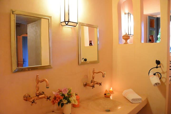 La salle de bain de notre chambre supérieure ROSA, entièrement en Tadelakt traditionnel