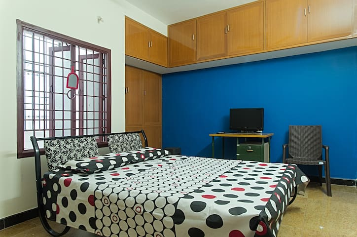 Private Double bed with attached Bathroom 24×7safe - Puducherry - Apartmen