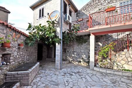 Cosy stone villa with own patio - Радовићи - Haus