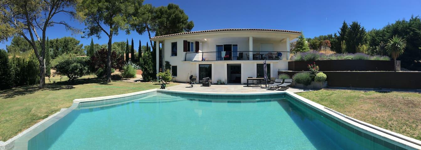 Grande villa avec piscine proche d'Aix en Provence