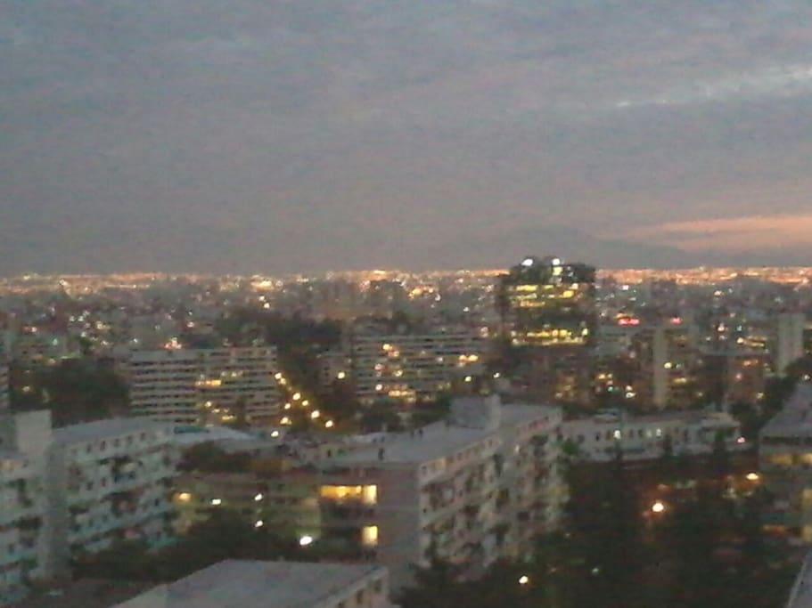 Mirando la puesta de sol desde el departamento