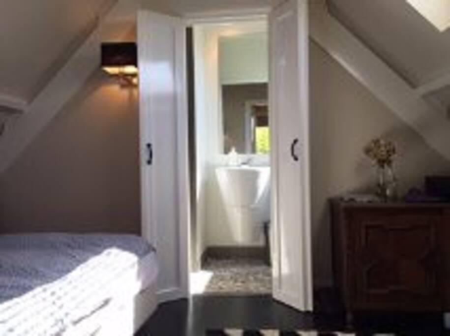 slaapkamer met aansluitend badkamer