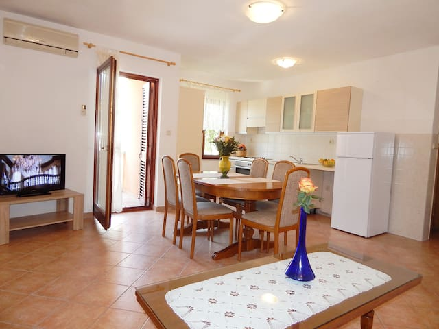 Apartment with two bedrooms, 150m from beach - Podstrana - Apartamento