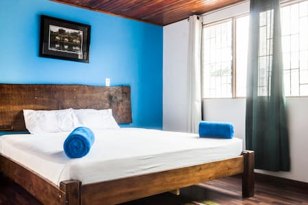 King size bed with private bathroom - San José - Bed & Breakfast