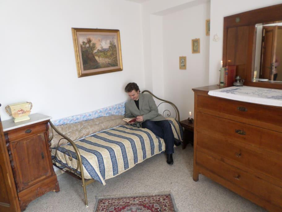 Una delle camere, arredata con mobili antichi.