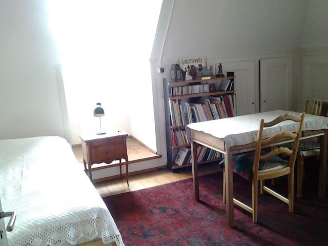 Gemütliche Dachzimmer mit eigenem Zugang - Berna - Condomínio