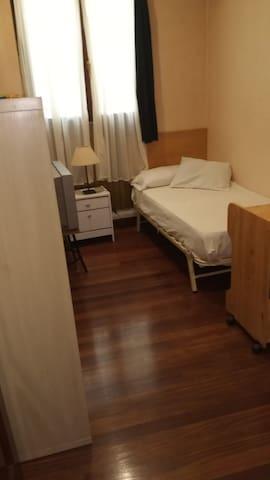 Habitación  Casco Viejo, cama individual. Ventil.