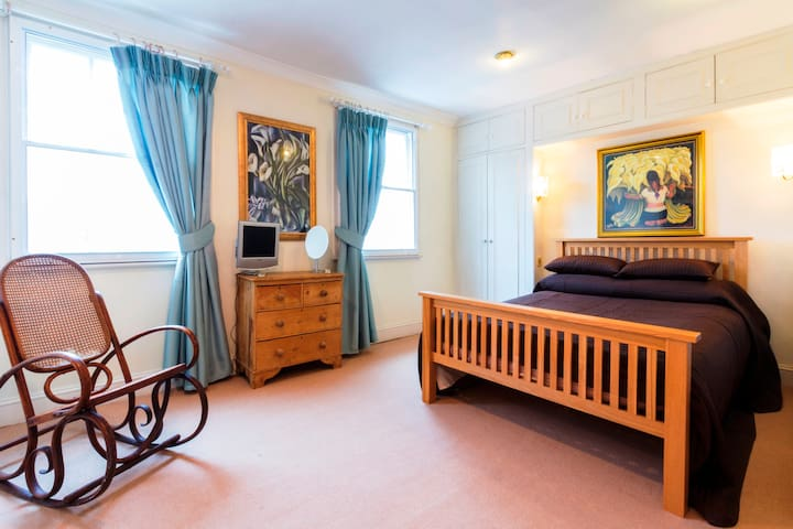 Holland Park House, Spacious Double Bedroom