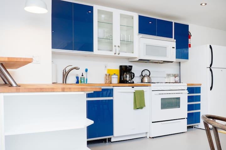 Enjoy the full kitchen!