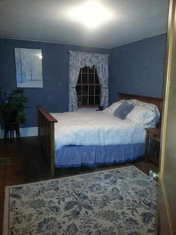 Pretty blue and white room - New Windsor