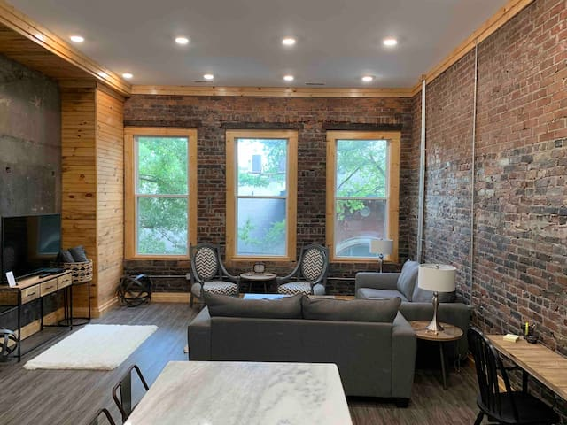On The Bricks - Historic Downtown Apartment