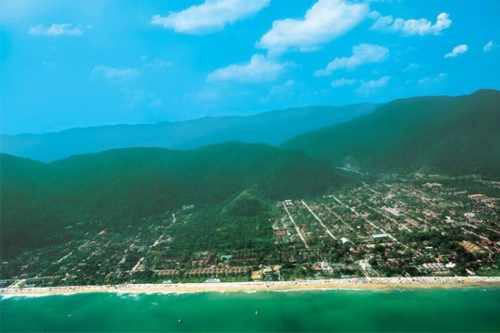 Localizada entre o verde das montanhas e o azul do mar.