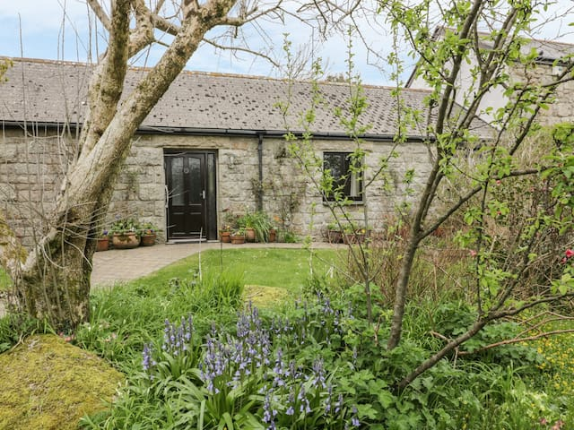 BRUNNION COTTAGE, pet friendly, with a garden in St Ives, Ref 977835