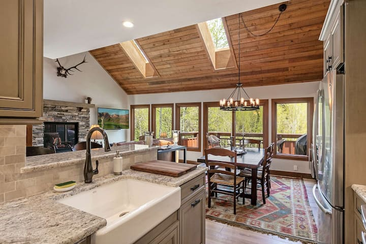 Perfect Year Round Mtn Escape! No Car Needed, Convenient to Free Bus Stop, Beautifully Remodeled!