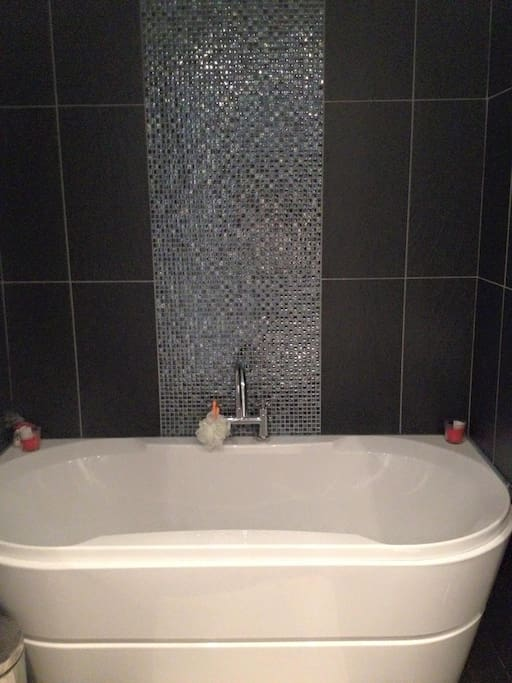 Bath tub in main bathroom