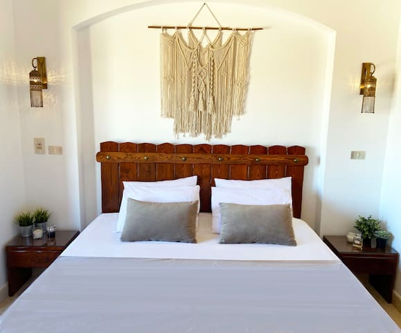 Bedroom (king-size bed)