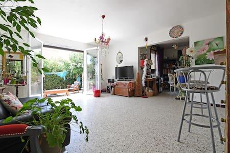 Chambre avec jardin à 2 pas du centre d'Uzès - Uzès - House