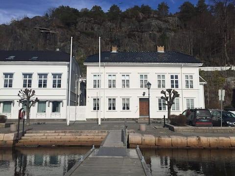Flott leilighet i gammelt skipperhus på indre havn