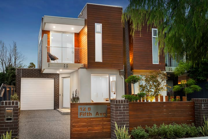 RARE DESIGNER HOME AVAILABLE NOW - Aspendale - Casa