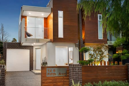 RARE DESIGNER HOME AVAILABLE NOW - Aspendale - Haus