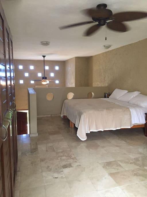 Habitación con cama King size y su baño privado