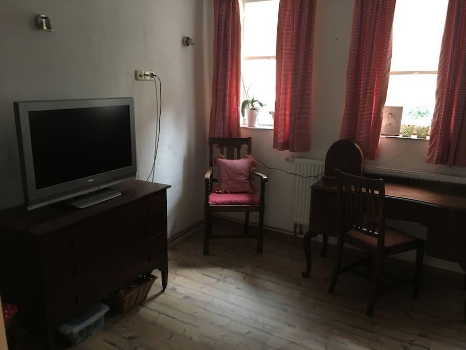 Wohnzimmer mit Fernseher, Telefon und W Lan