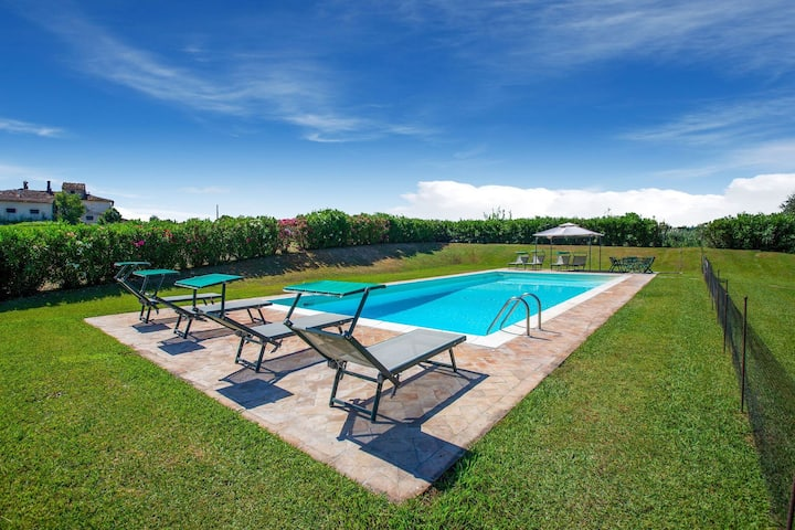 Peaceful Holiday Home in Ponsacco with Swimming Pool