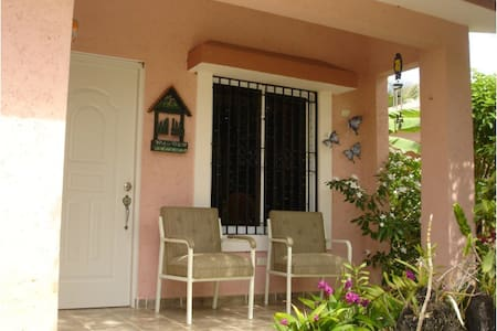 Cute 2 Bedroom House Close to Main Attractions - Haus