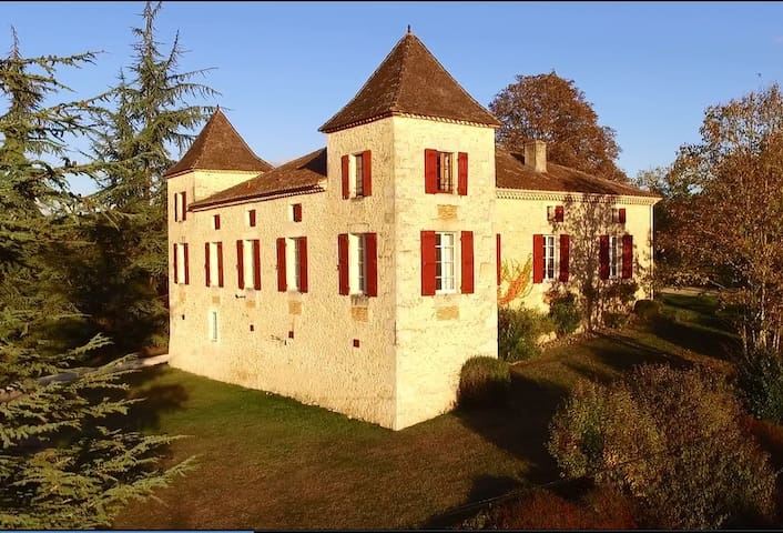 Luxury Chateau with pool & tennis, piano, BBQ