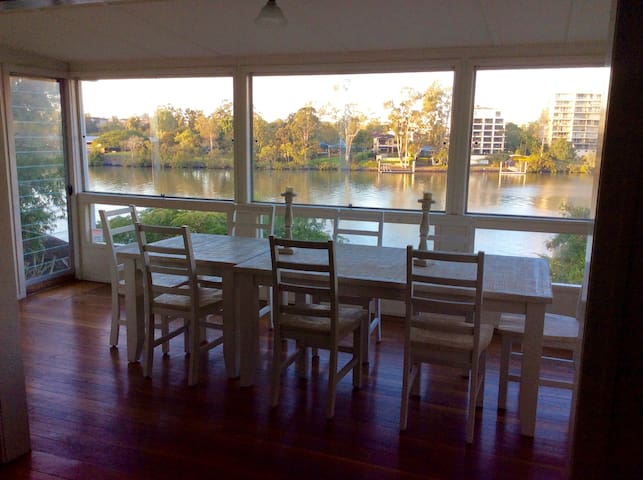 Riverfront Queenslander - Provençale room - West End