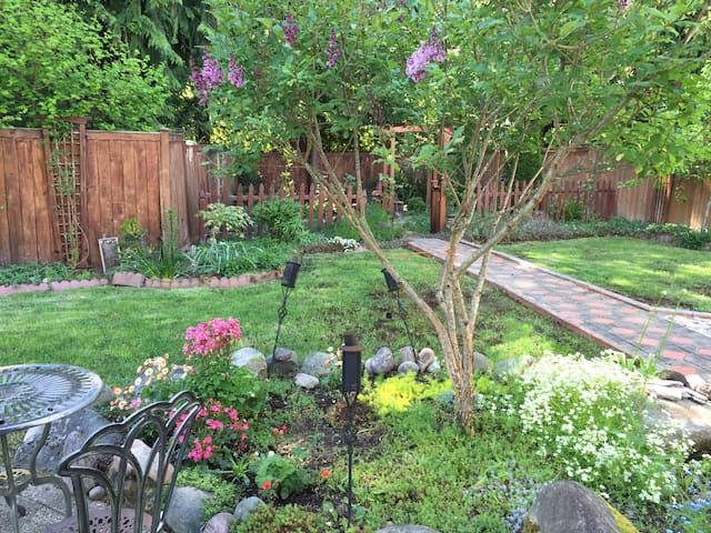 A/C Beautiful House & Garden - Puyallup