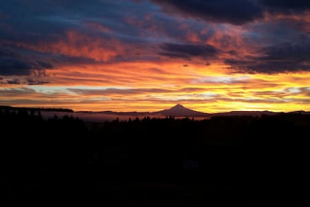 Let Mt. Hood smile on you in a garden setting - Oregon City - Maison