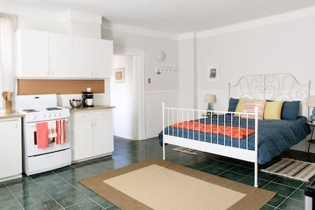 This studio apartment is perfect for a little weekend getaway. Nestled in a triplex between trendy Chinatown & Little Italy, it's just steps to tons of restos & cafes. The space is peaceful, bright & fun & includes wifi & shared courtyard!