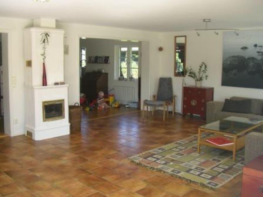 Öppen planlösning med stort vardagsrum och kök