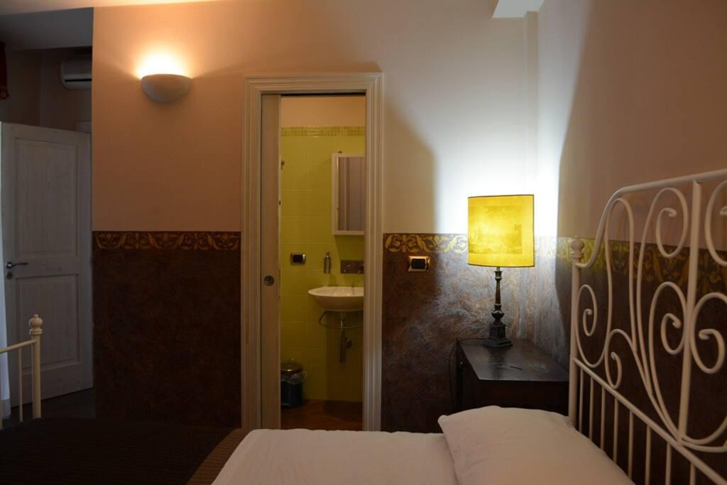 Camera matrimoniale. vista del bagno in camera