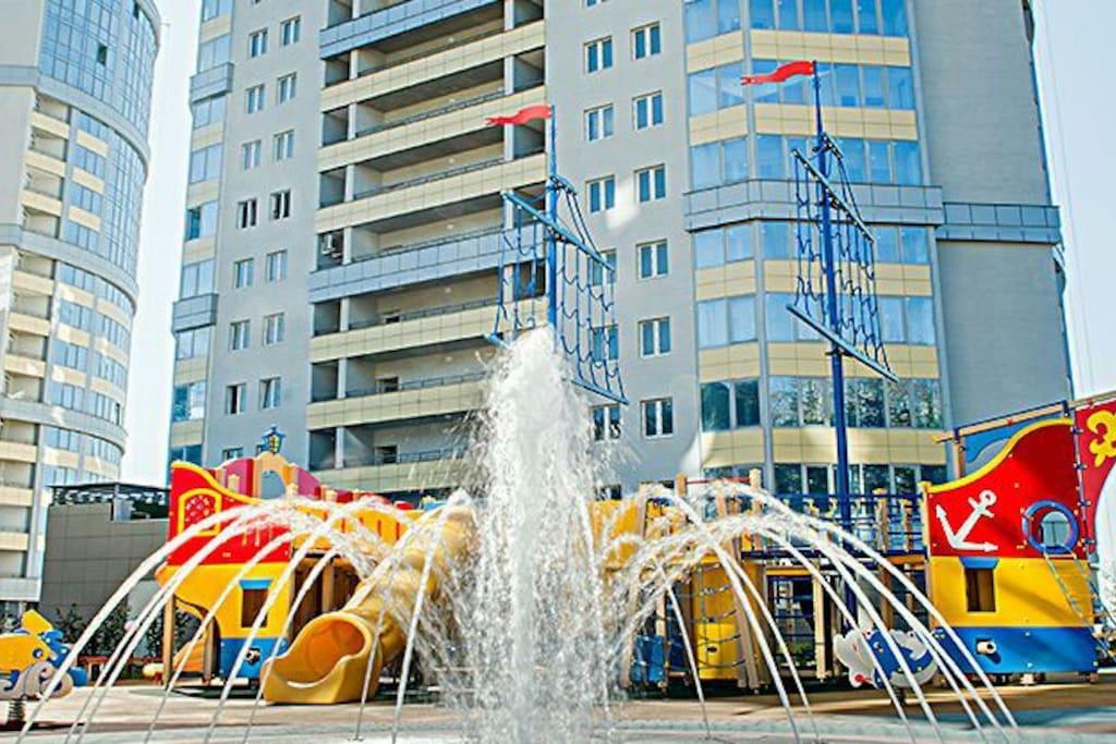 Детская площадка и фонтан во дворе
