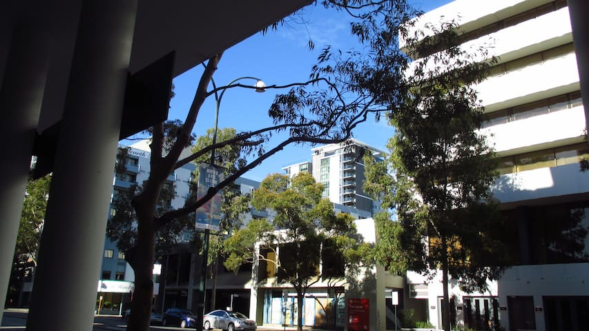 Modern, Cozy 1BD with Parking - East Perth - Apartment