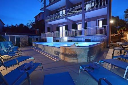 Villa Ksenija with amaizing pool - Okrug Gornji - Haus