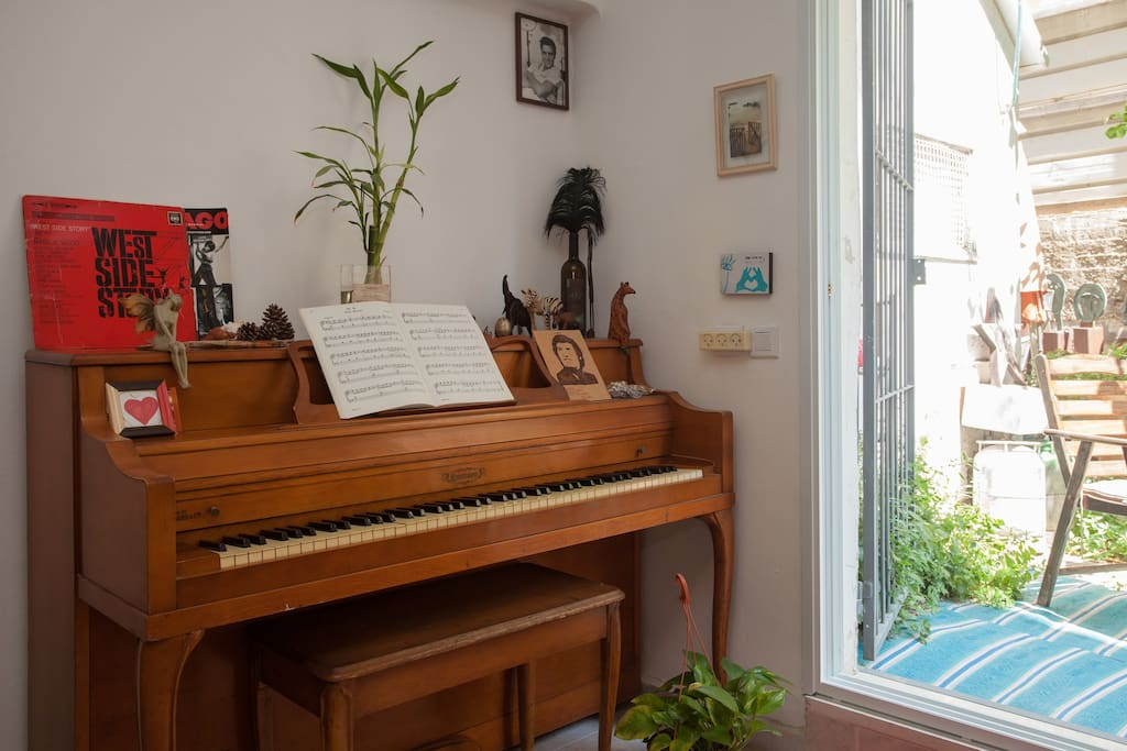 Enjoy our vintage piano. play as much as you like, but please not after 23:00 - We respect our neighbours.