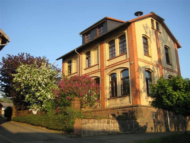 Großes Haus im kleinen Dorf mitten in Deutschland