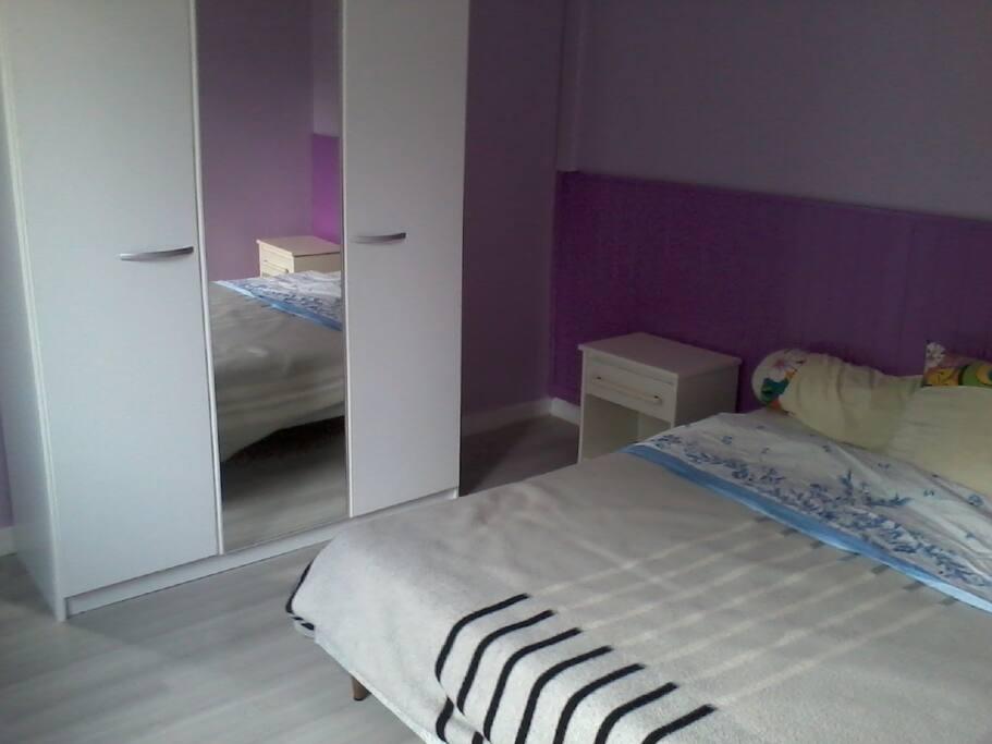 Chambre 1 avec un lit 140