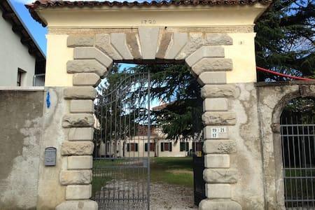 Corpo centrale di prestigiosa villa - Corno - Villa