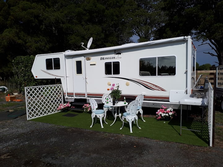 On site fully self contained 5th wheeler caravan.