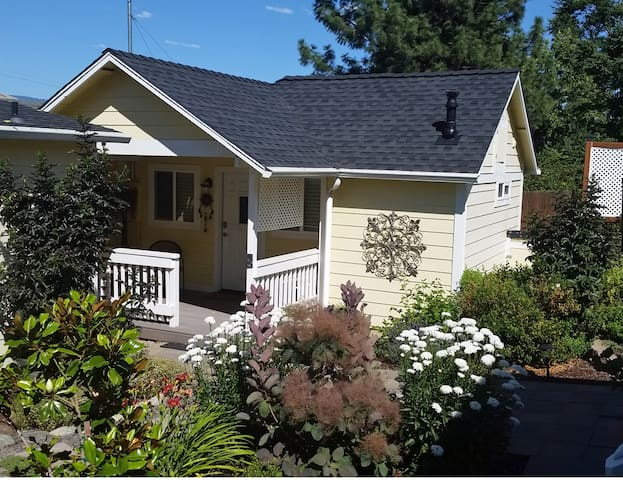 AGC Garden Cottage 4 Blocks 2 Plaza
