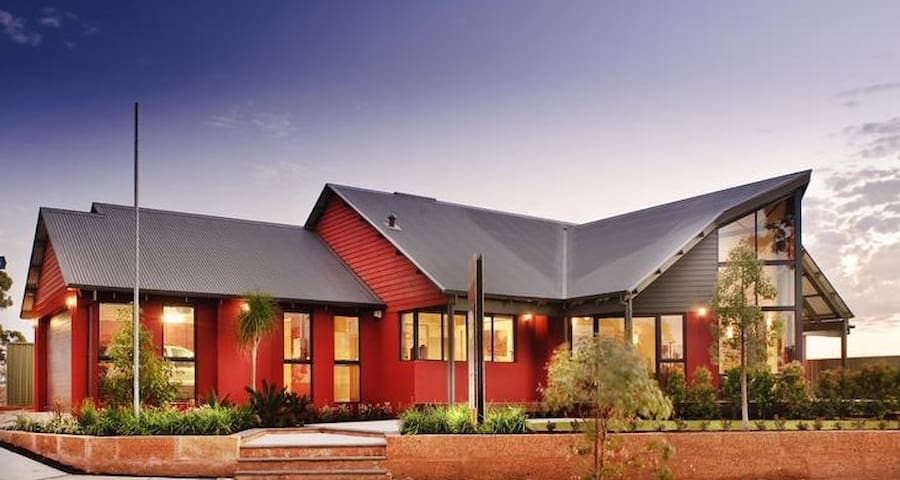 Big Red House on Settlers Hill - Baldivis