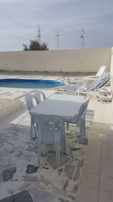 espace terrasse et piscine pour ce retrouver a tous moment de la journée