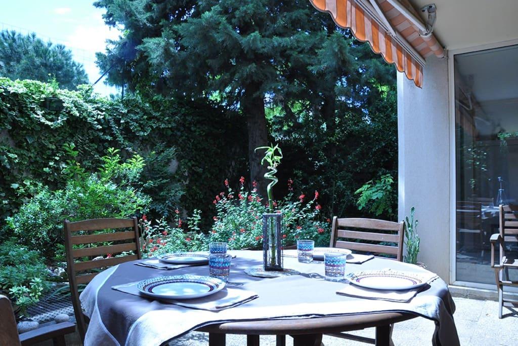 terrasse pour prendre les repas à l'extérieur