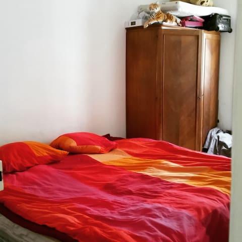 La chambre avec un lit king size